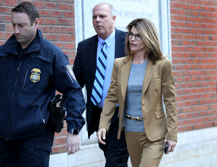 Lori Loughlin's Boston federal court appearance lights up Twitter